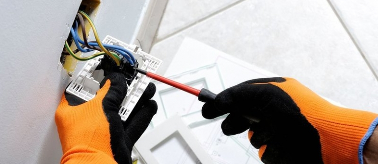 Signs a Home Needs Electrical Repairs in Bradenton FL Immediately